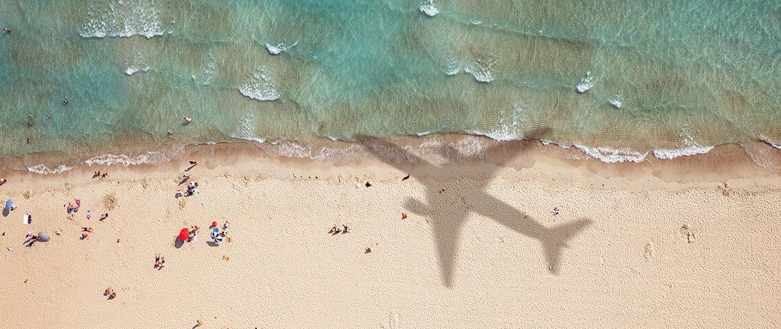 Großer Flugzeug-Schatten am Strand
