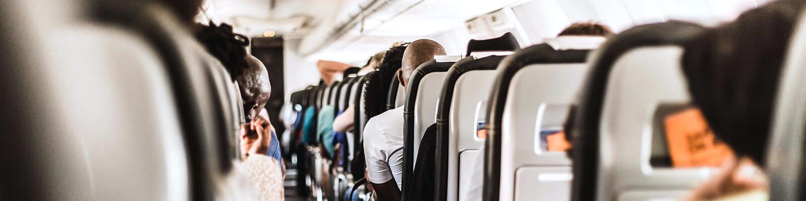 Wartende Fluggäste im Flugzeug