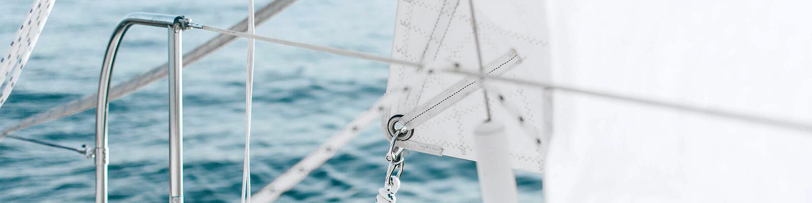 Segel eines Segelbootes auf dem Meer